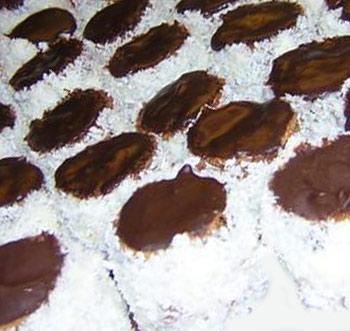 jaja, šećer, brašno, kakao, ulje, mleko, margarin, šecer u prahu, čokolada, kokos, voda, prašak za pecivo.