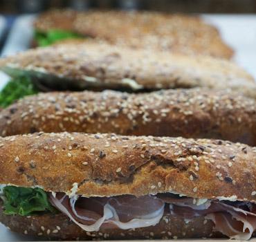 Bavarski, njegoški, domaći i mnogi drugi sočni i ukusni sendviči. Na Vama je da odlučite.